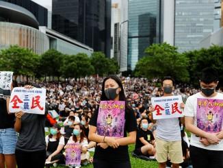 В соответствии с законом о чрезвычайном положении, в Гонконге запрещено носить макси