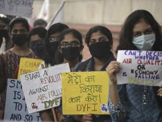 Десятки детей в индии протестуют против загрязнения окружающей среды